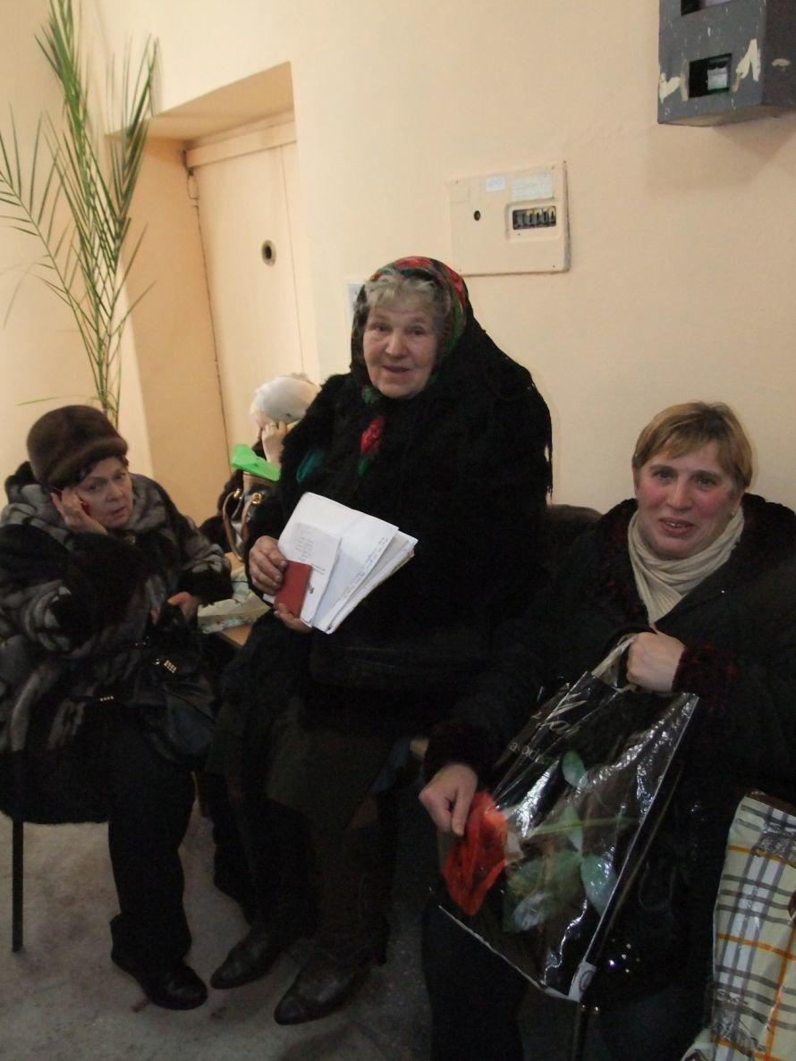 Операция «Регистрация» - в Донецке, чтобы  оформить документы на недвижимость, люди занимают очередь в 6 утра (фото), фото-3
