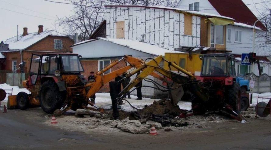 Аварійні служби почали латати труби на вулицях Шелушкова та Малікова, фото-1