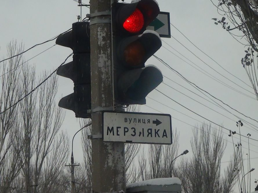 В  Мариуполе 130-й ЗИЛ занесло на повороте, и он снес светофор и дорожный знак (ФОТО), фото-1