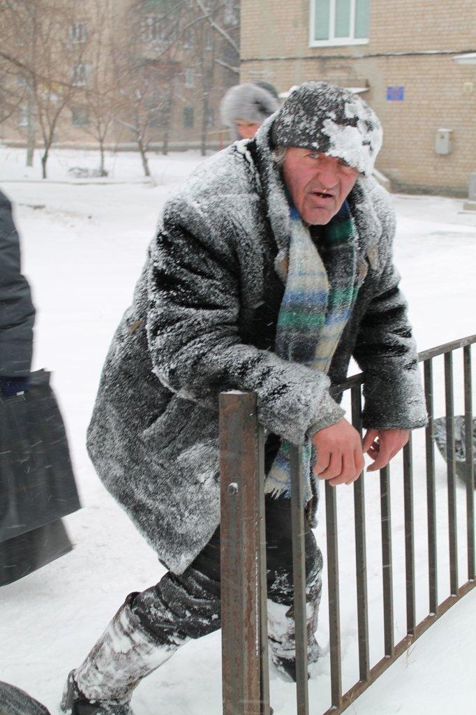 Литр самогона для согрева: как артемовского бомжа спасали от мороза, фото-1