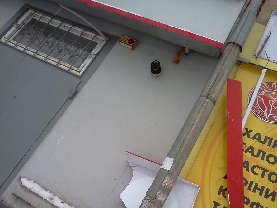 Вторая жертва сосулек. В Мариуполе ледышка повредила  рекламную конструкцию (ФОТО), фото-2