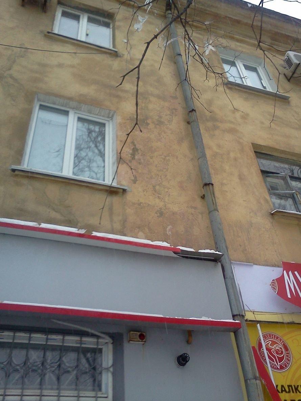 Вторая жертва сосулек. В Мариуполе ледышка повредила  рекламную конструкцию (ФОТО), фото-1