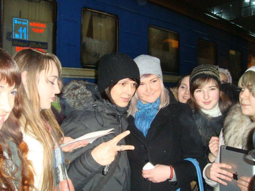 Фанатки мариупольца Алексея Смирнова устроили давку на ж/д вокзале в Донецке (ФОТО), фото-1