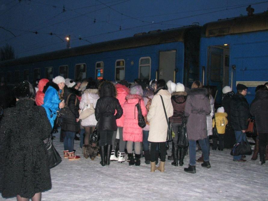 Фанатки мариупольца Алексея Смирнова устроили давку на ж/д вокзале в Донецке (ФОТО), фото-5