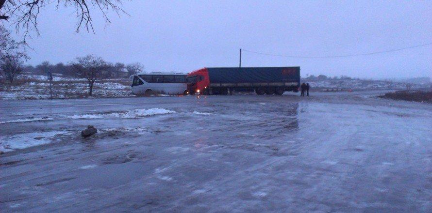 На заснеженной трассе под Мелитополем автобус Мариуполь-Одесса столкнулся с грузовиком (ФОТО), фото-1