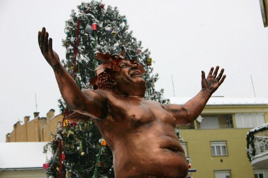 Бывший луганчанин Шматько покорил закарпатцев «пьяной» скульптурой (ФОТО), фото-1