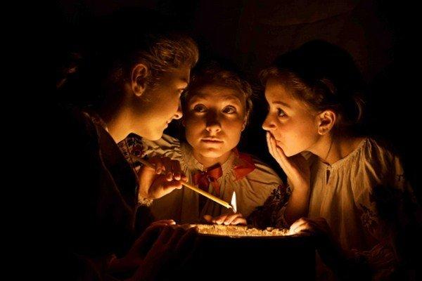 Сегодня ночью незамужние девушки будут гадать по кольцам, воде и кошке, фото-1