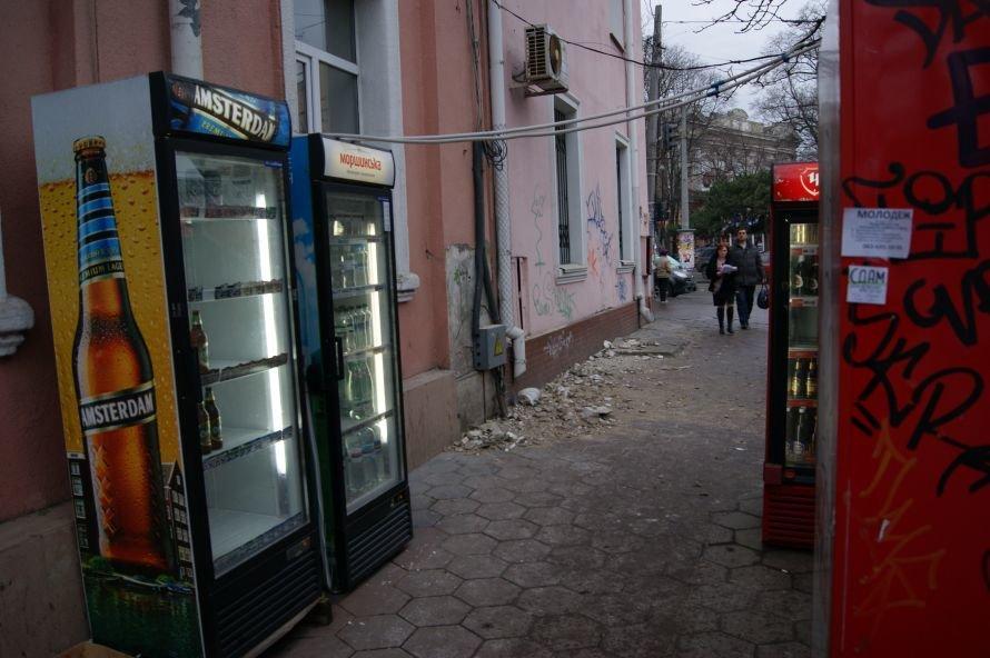 В центре Одессы на женщину посыпался карниз дома (фото), фото-1