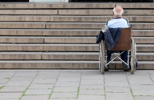 Аптеки с неправильным пандусом для инвалидов на колясках будут лишать лицензий, фото-1