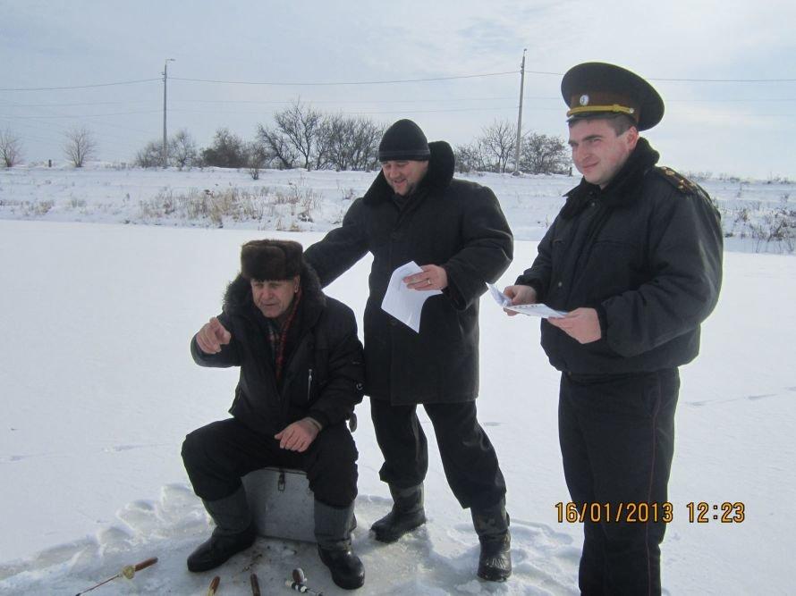 Добрые спасатели перед Крещением раздали донецким рыбакам инструкции «Что делать, если провалился под лед», фото-1