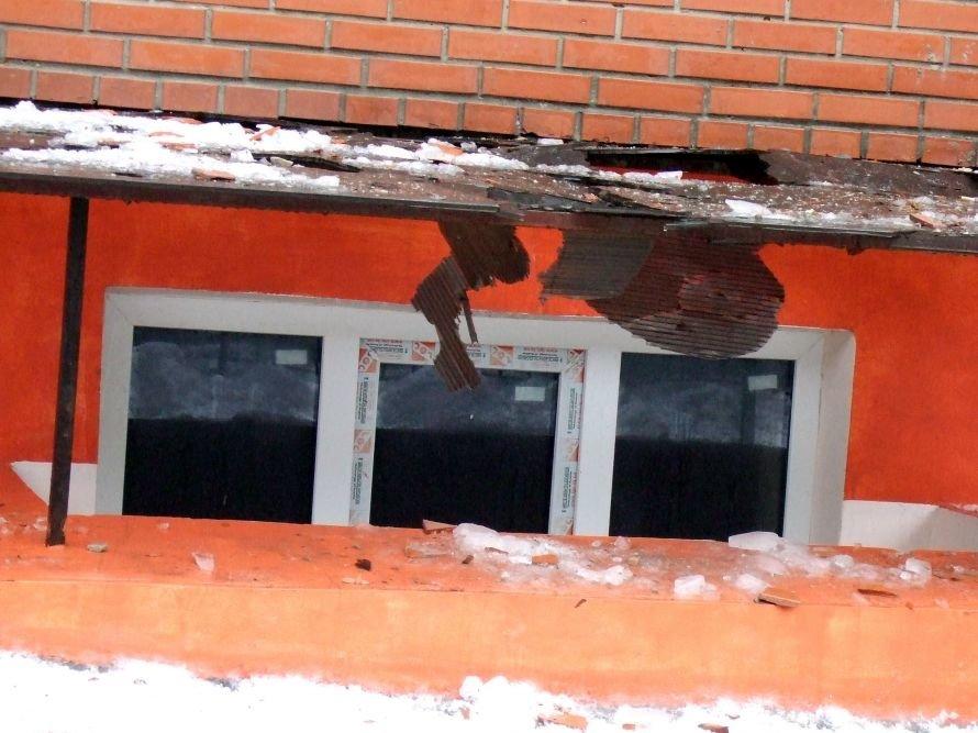 В центре Донецка рядом со школой с высотной новостройки падают на прохожих кирпичи (фото), фото-2
