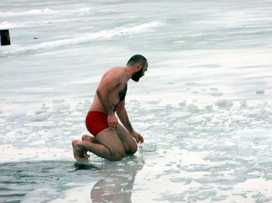 Сотни дончан решили отметить праздник Крещения Господня купанием в проруби (фото), фото-1