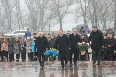 Сегодня в Кременчуге состоялось торжественное возложение цветов к памятнику Т.Г.Шевченко (фото) - фото 1