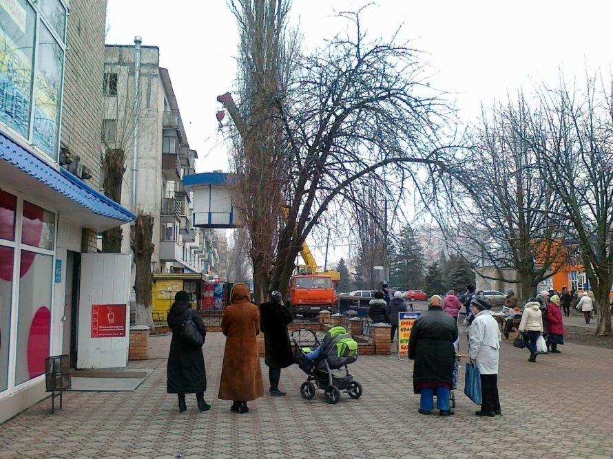 В Кривом Роге люди пикетируют горсовет и требуют от власти объяснений: «Почему демонтируют МАФы?» (ВИДЕО), фото-1