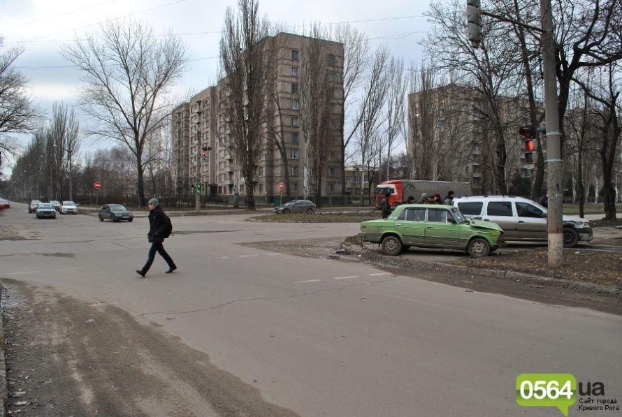 На перекрестке в Кривом Роге не разминулись «ВАЗ» и «Dacia». Двое пострадавших (ФОТО), фото-2