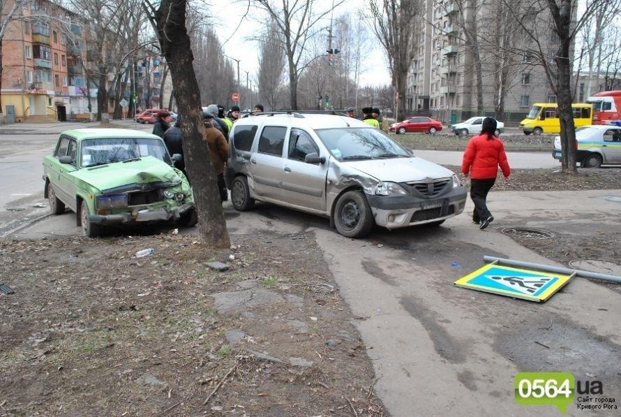 На перекрестке в Кривом Роге не разминулись «ВАЗ» и «Dacia». Двое пострадавших (ФОТО), фото-7