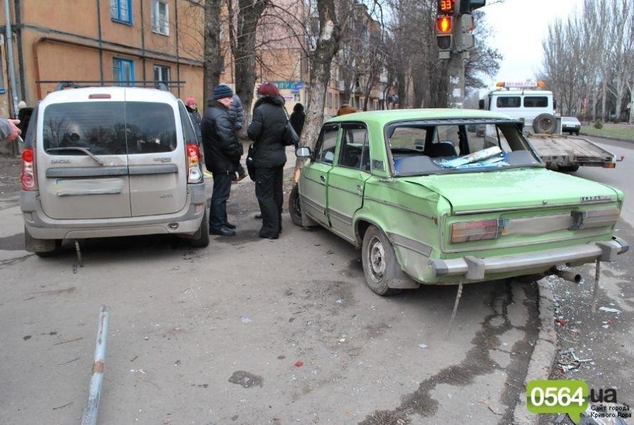 На перекрестке в Кривом Роге не разминулись «ВАЗ» и «Dacia». Двое пострадавших (ФОТО), фото-6