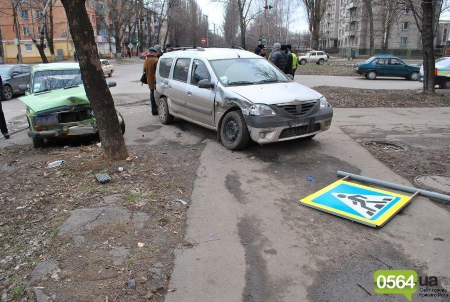 На перекрестке в Кривом Роге не разминулись «ВАЗ» и «Dacia». Двое пострадавших (ФОТО), фото-3