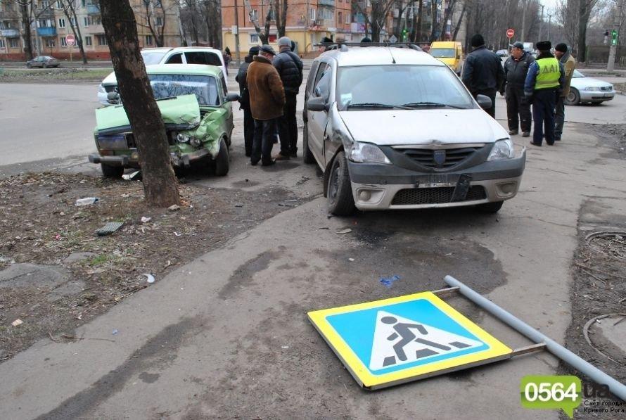 На перекрестке в Кривом Роге не разминулись «ВАЗ» и «Dacia». Двое пострадавших (ФОТО), фото-8