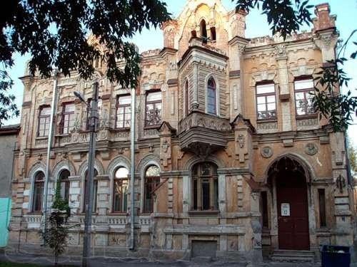 старинный особняк в готическом стиле