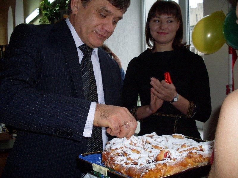 Зам мэра Симферополя в библиотеке накормили пирогом с gip 2010 (ФОТО), фото-3