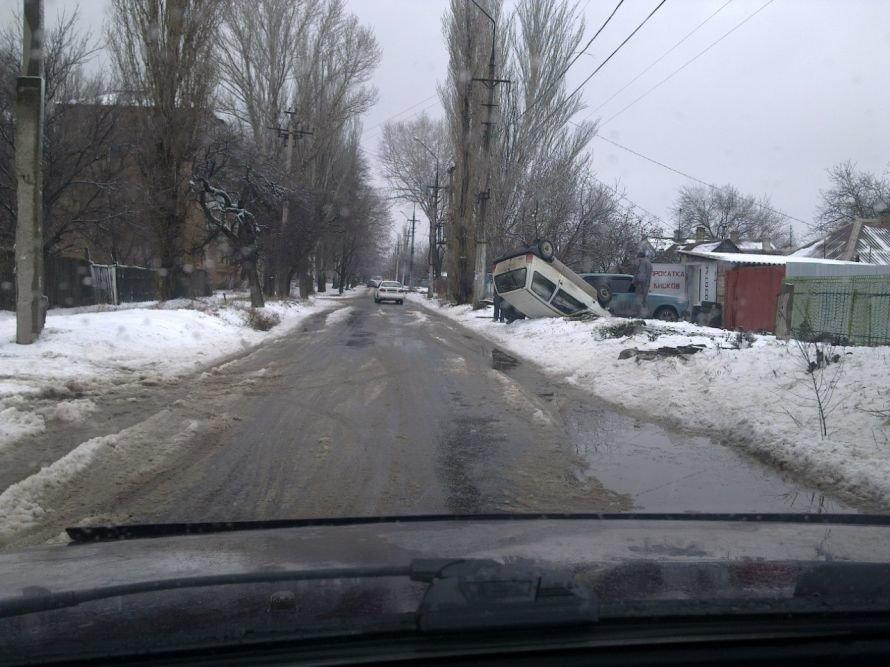 В Мариуполе автомобиль влетел в сугроб и перевернулся (ФОТО), фото-3