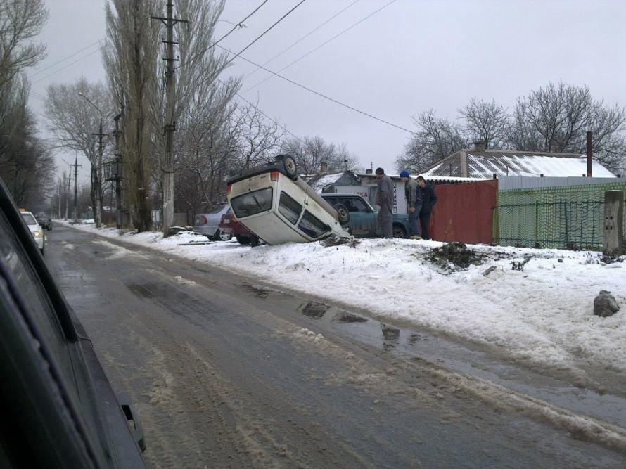 В Мариуполе автомобиль влетел в сугроб и перевернулся (ФОТО), фото-2