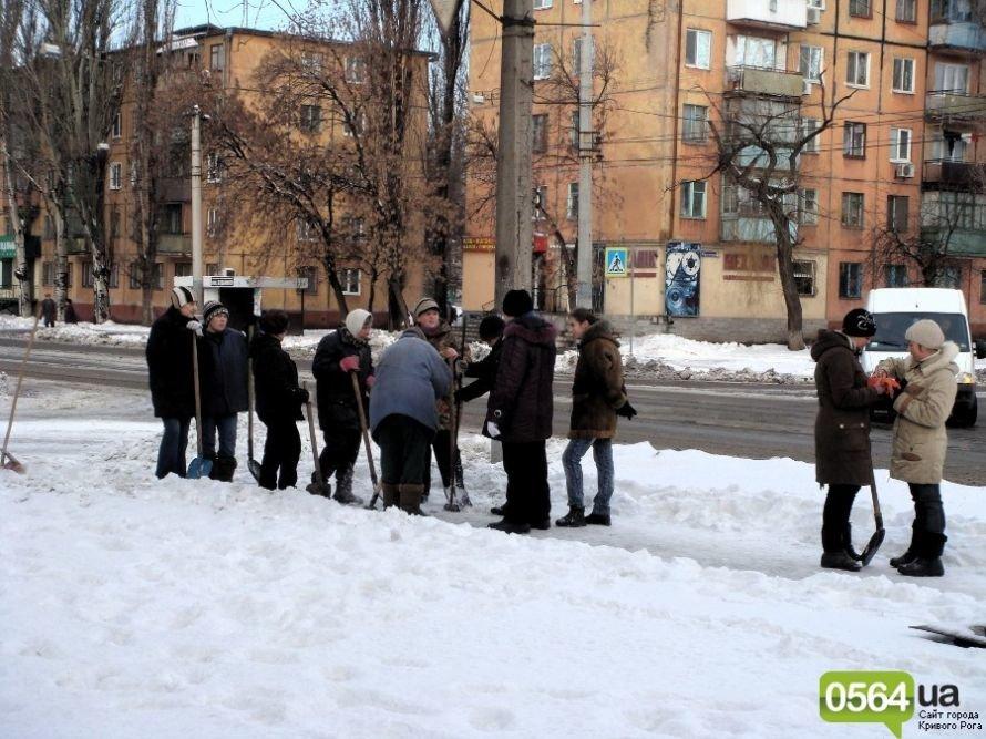 В Кривом Роге работников ЖЭКа «выгнали» на уборку территории: «Мэр едет!» (ФОТО), фото-3