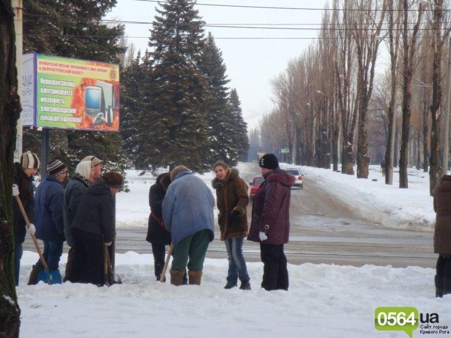 В Кривом Роге работников ЖЭКа «выгнали» на уборку территории: «Мэр едет!» (ФОТО), фото-1