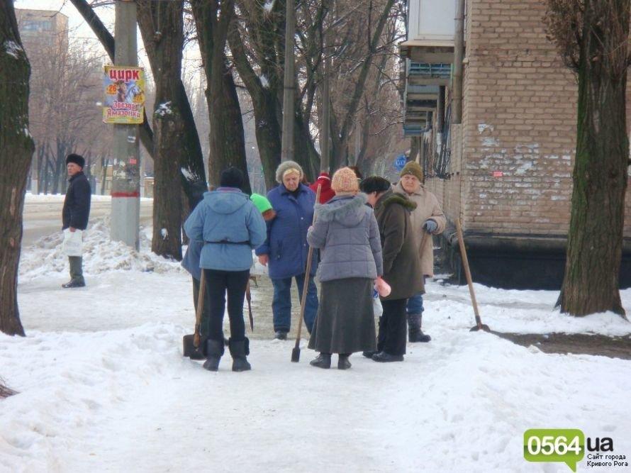 В Кривом Роге работников ЖЭКа «выгнали» на уборку территории: «Мэр едет!» (ФОТО), фото-4