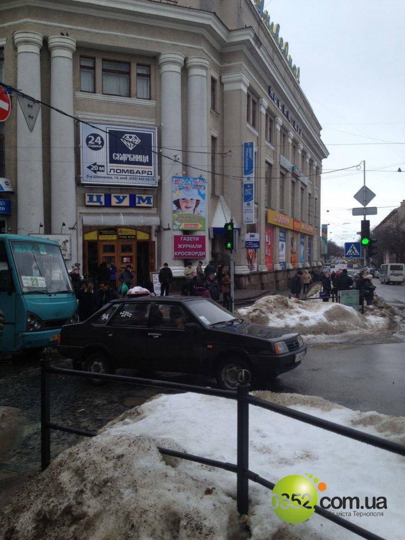 ДТП у центрі Тернополя, зірвана сесія облради, таргани у квартирі пенсіонерки – головні події Тернопільщини за тиждень у фото та відео, фото-23