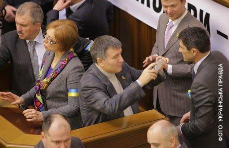Опозиціонери блокують трибуну і президіум Верховної Ради. Серед них і тернопільські депутати (фото), фото-2
