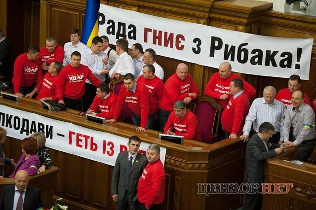 Опозиціонери блокують трибуну і президіум Верховної Ради. Серед них і тернопільські депутати (фото), фото-1