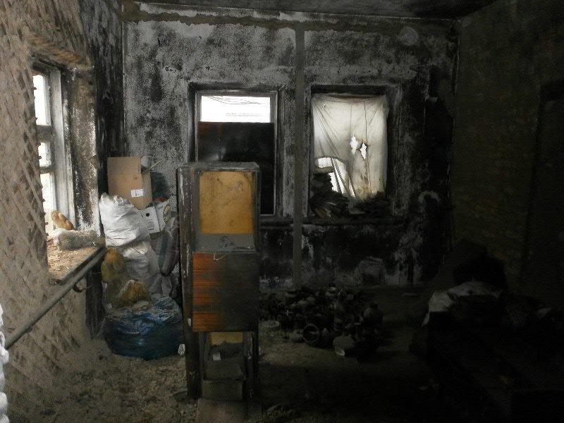В Мариуполе семья погорельцев больше года живет в доме без окон и дверей (ФОТО), фото-4