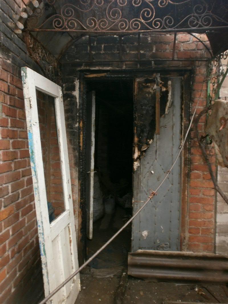 В Мариуполе семья погорельцев больше года живет в доме без окон и дверей (ФОТО), фото-5