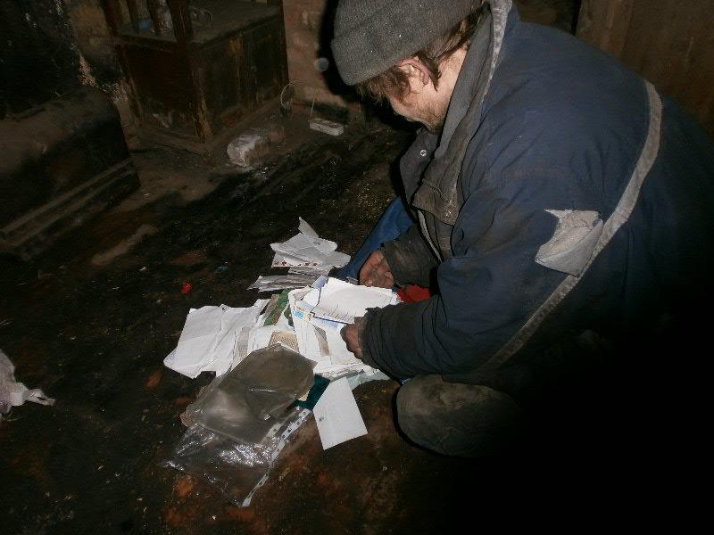 В Мариуполе семья погорельцев больше года живет в доме без окон и дверей (ФОТО), фото-3