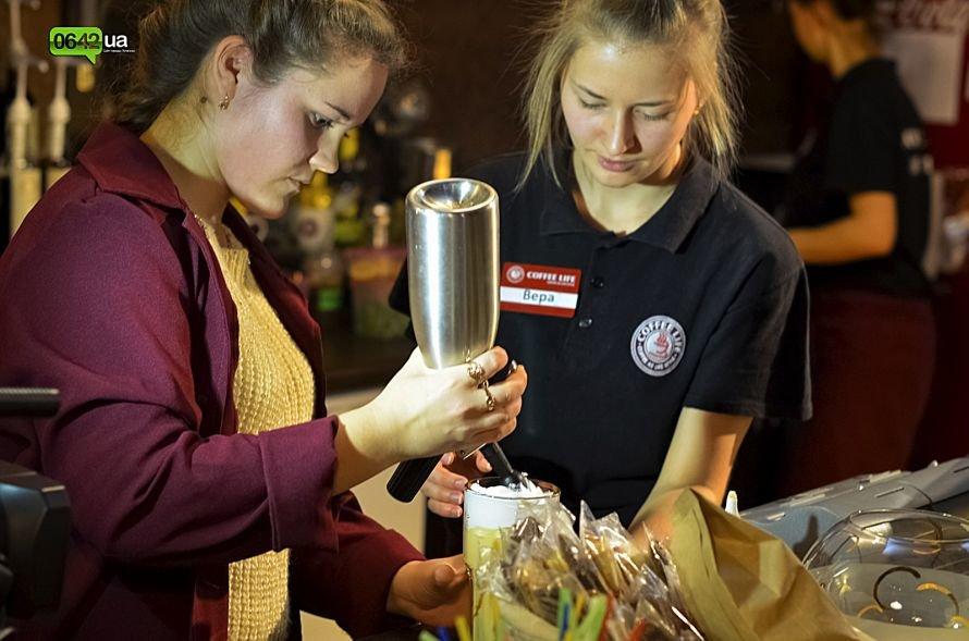 Студенты луганского ВУЗа делали коктейли и угощали желающих пончиками (ФОТО), фото-1
