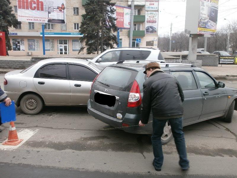 В центре Мариуполя столкнулись представители украинского и российского автопрома (Фотофакт), фото-1