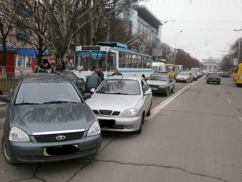 В центре Мариуполя столкнулись представители украинского и российского автопрома (Фотофакт), фото-3