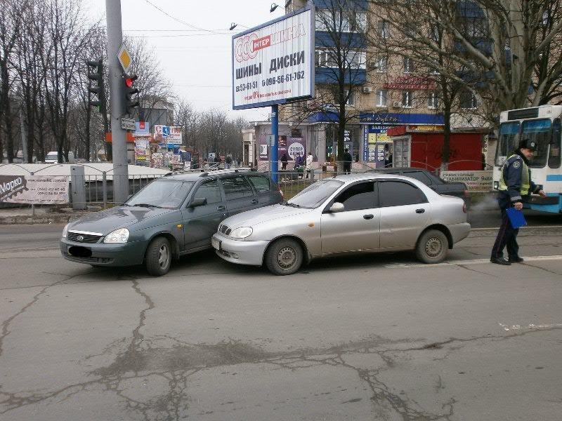В центре Мариуполя столкнулись представители украинского и российского автопрома (Фотофакт), фото-2