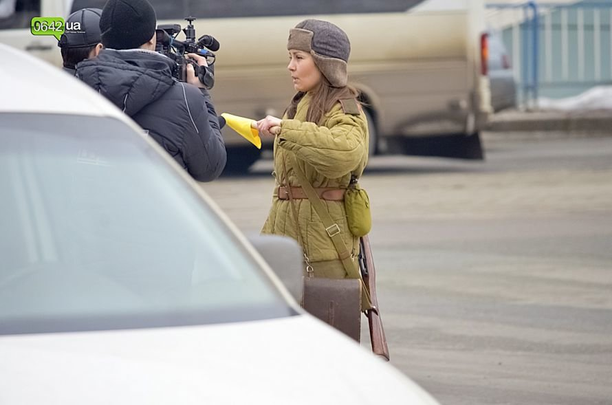 В центре Луганска люди в военной форме раздавали водителям наклейки (ФОТО), фото-6