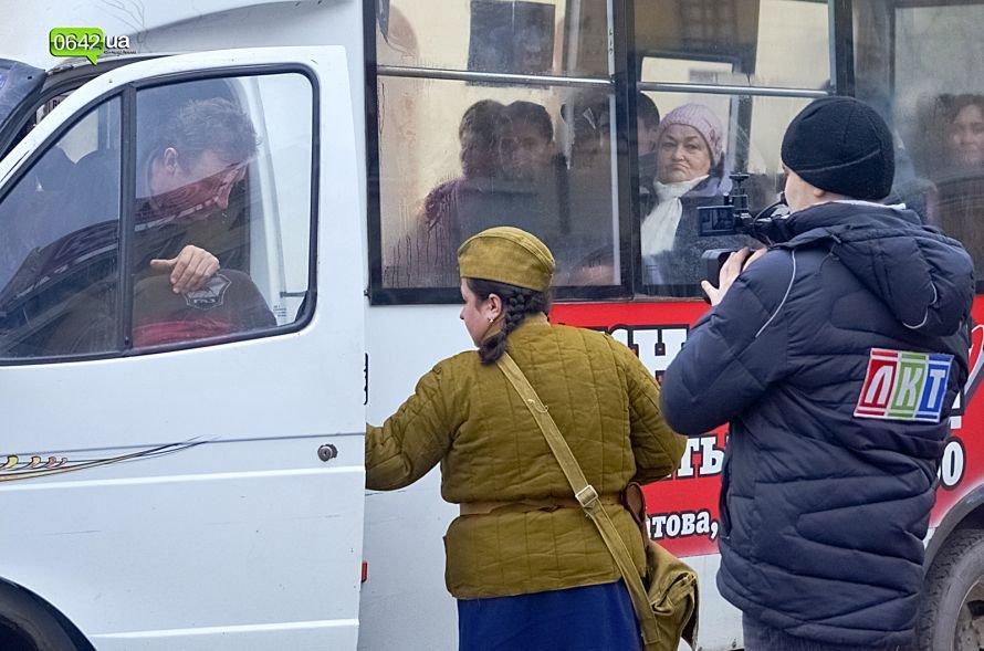 В центре Луганска люди в военной форме раздавали водителям наклейки (ФОТО), фото-5