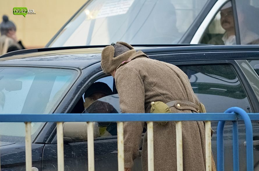 В центре Луганска люди в военной форме раздавали водителям наклейки (ФОТО), фото-4