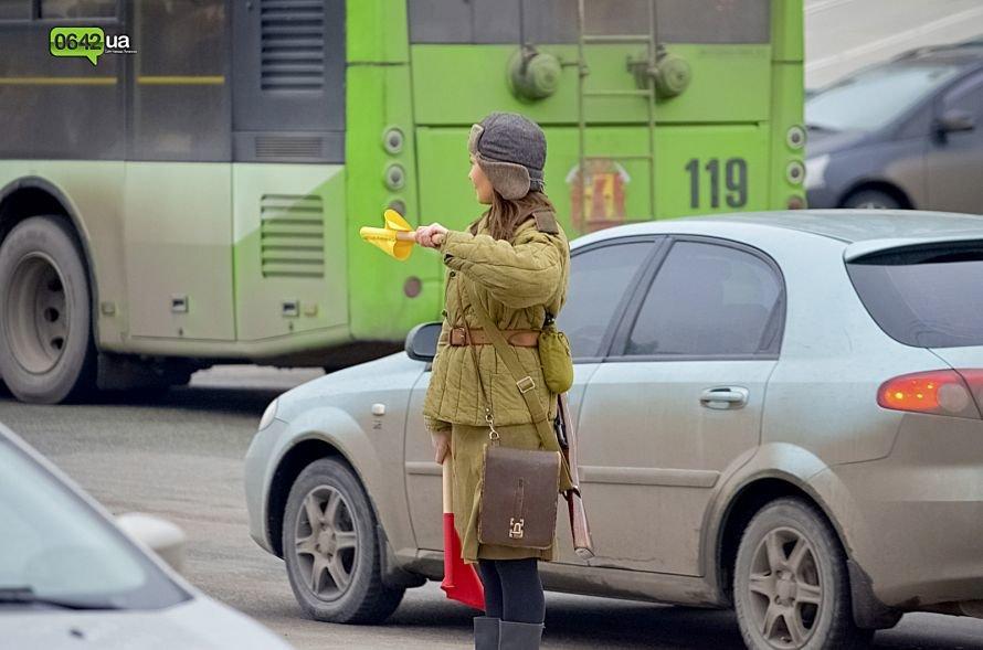 В центре Луганска люди в военной форме раздавали водителям наклейки (ФОТО), фото-1