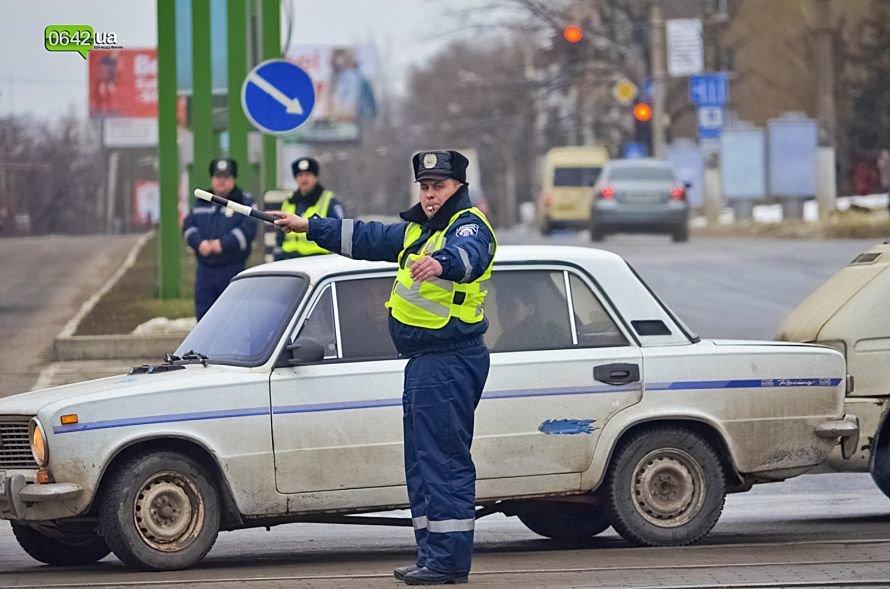 В центре Луганска люди в военной форме раздавали водителям наклейки (ФОТО), фото-2
