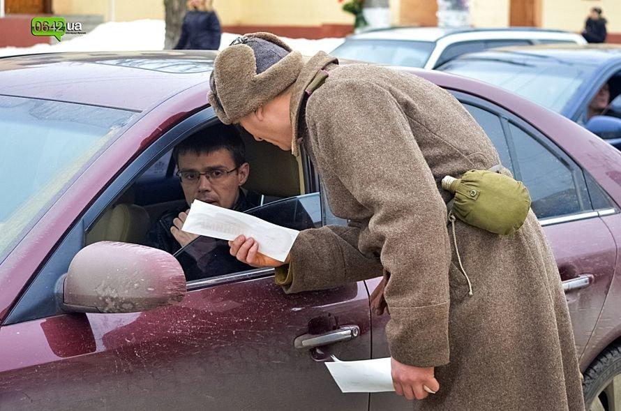 В центре Луганска люди в военной форме раздавали водителям наклейки (ФОТО), фото-3