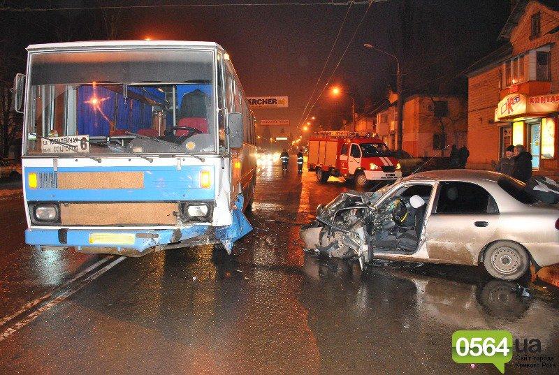 Итоги дня в Кривом Роге: «Прессу-М» вернули на место, водителя «Daewoo» после ДТП вырезали из машины, а пьяный хулиган покушался на «Авиак..., фото-2