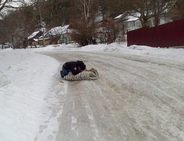 На Тернопільщині чоловік спав на матраці посеред дороги (фотофакт), фото-1
