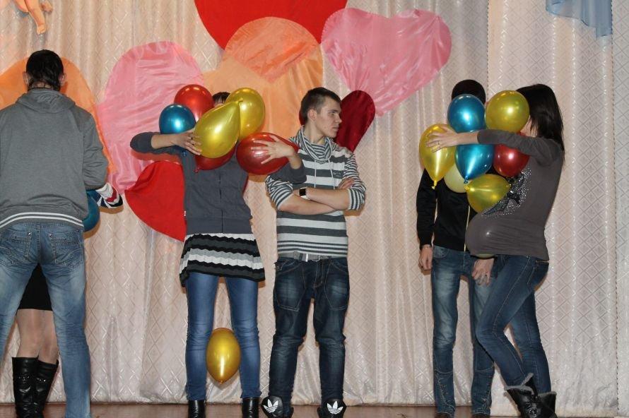 Артемовские студенты отмечали День Святого Валентина с юмором и флешмобом, фото-1