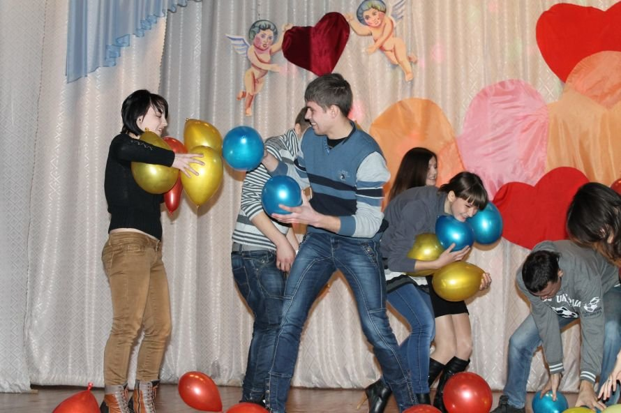Артемовские студенты отмечали День Святого Валентина с юмором и флешмобом, фото-2